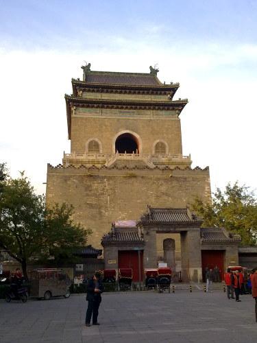 De stenen Beltoren in de hutongs van Beijing