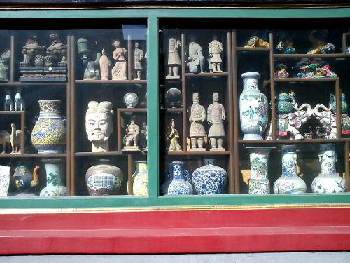 Antieken in de etalage van een winkeltje in Liulichang