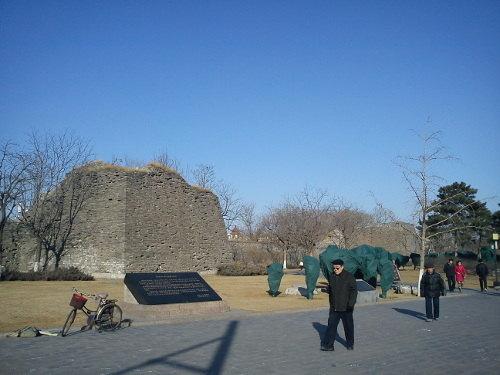 vervallen overblijfsel van de Ming stadsmuur in Beijing