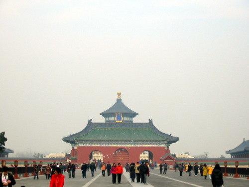 De Brug van de Rode Treden die de Gebedshal voor de Goede Oogst met het Keizerlijk Gewelf en het Ronde Heuvel Altaar verbindt