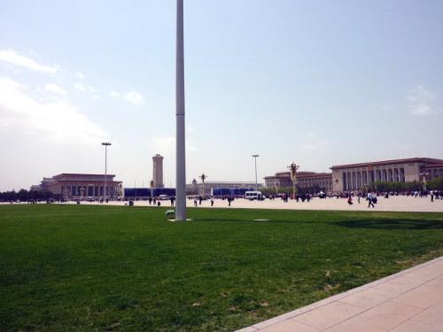 Overzicht van het plein, met de Grote Hal van het Volk rechts