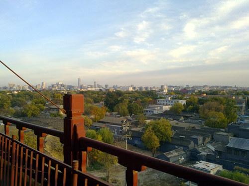 Uitzicht vanaf de Trommeltoren over de hutongs met in de verte de moderne stad