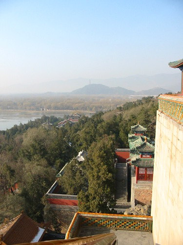 Uitzicht vanaf de Toren van de Boeddhistische Wierook in het Zomerpaleis, met Kunmingmeer en de bergen ten noordwesten van Beijing duidelijk zichtbaar
