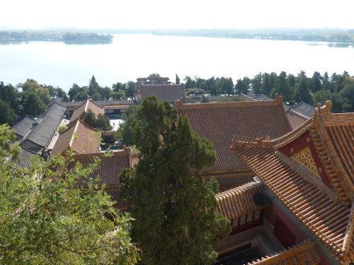 Overzicht van de Hal van de Wegdrijvende Wolken, gezien vanaf de Toren van de Boeddhistische Wierook