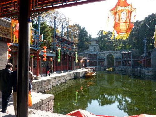 Suzhoustraat, het pittoreske kanaal in het Zomerpaleis in Beijing
