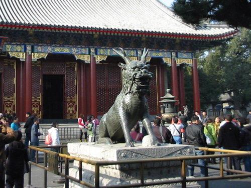 Het bronzen beeld van de Kylin voor de Hal van de Welwillendheid en het Lange Leven in het Zomerpaleis